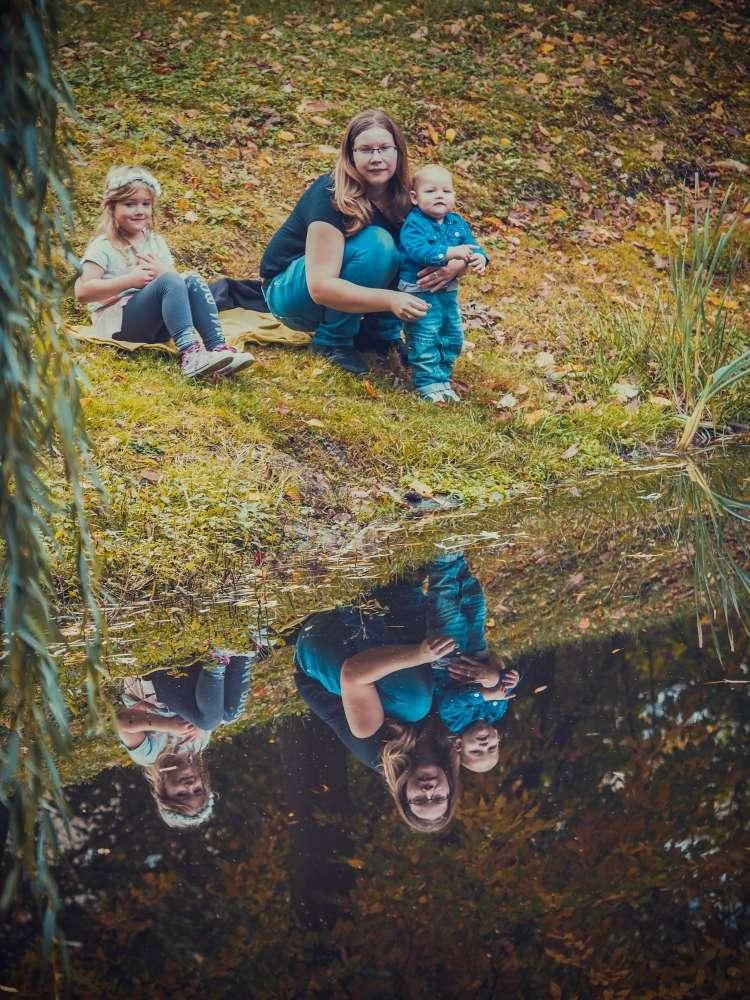 Rodinné focení s dětmi u řeky v okolí Pardubic