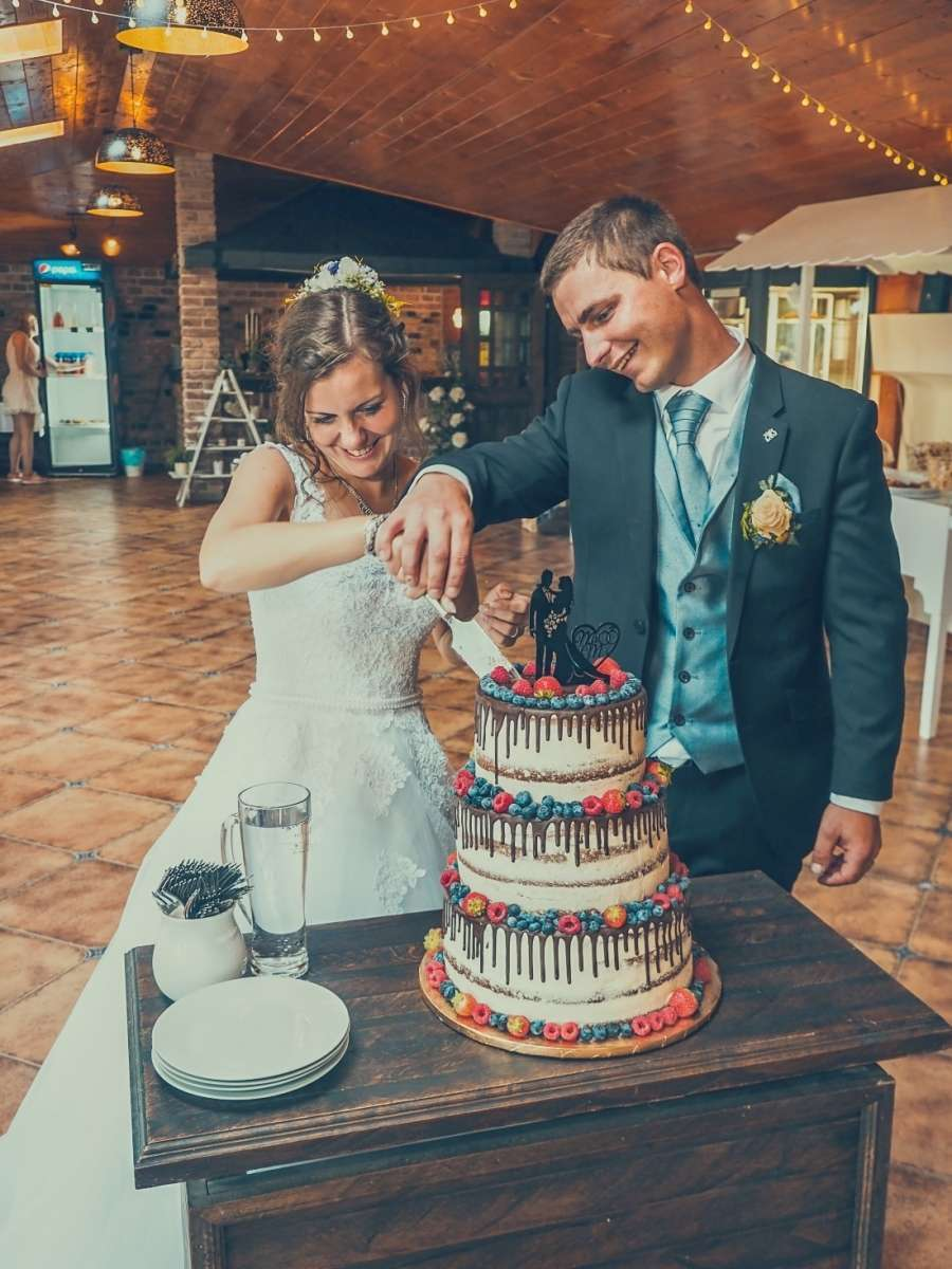 Krájení svatebního dortu focení